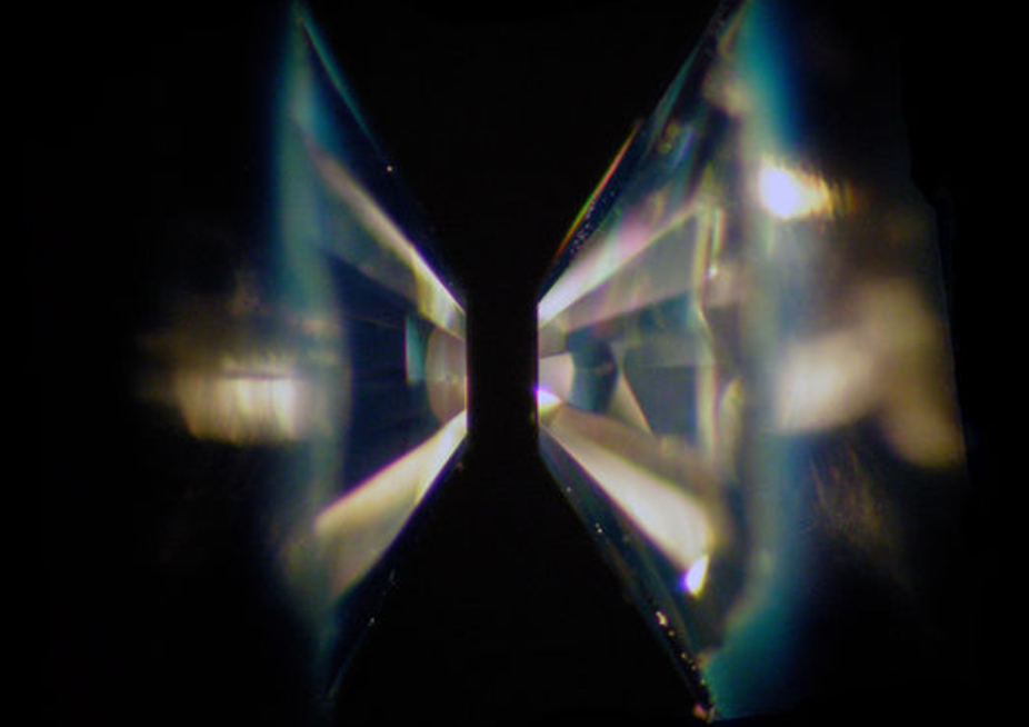 Hydrogen between two diamonds