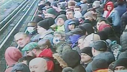Despite Boris Johnson's ordering UK lockdown crowds ignoring social distancing at the Londn Tube stations